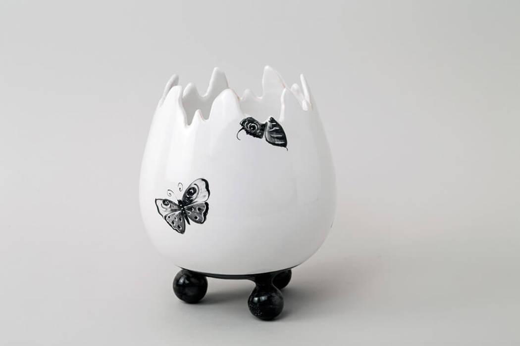Atelier Soleil - Vase  « œuf », décor aux papillons noirs: Salle à manger de style de style Moderne par Atelier Soleil