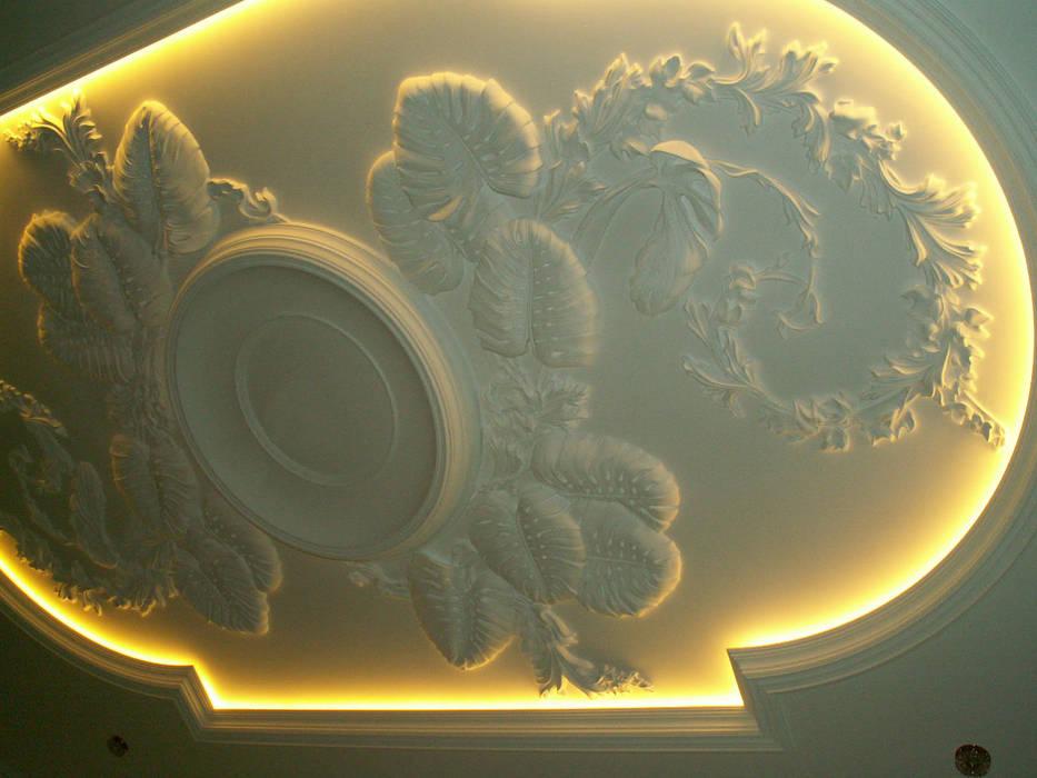 Лепной потолок в гомтиной.: Гостиная в . Автор – Наталья Дубовая Charman-design