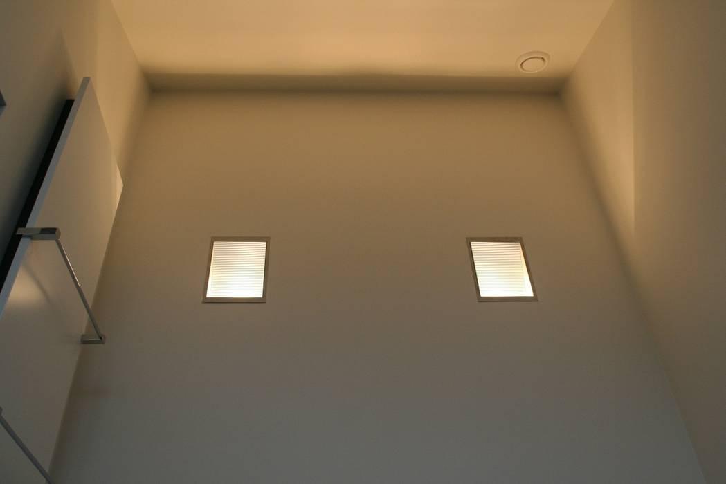 Hoge wand met indirecte verlichting:  Badkamer door Bad & Design