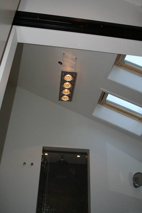 Hoogte met bijzonder licht:  Badkamer door Bad & Design