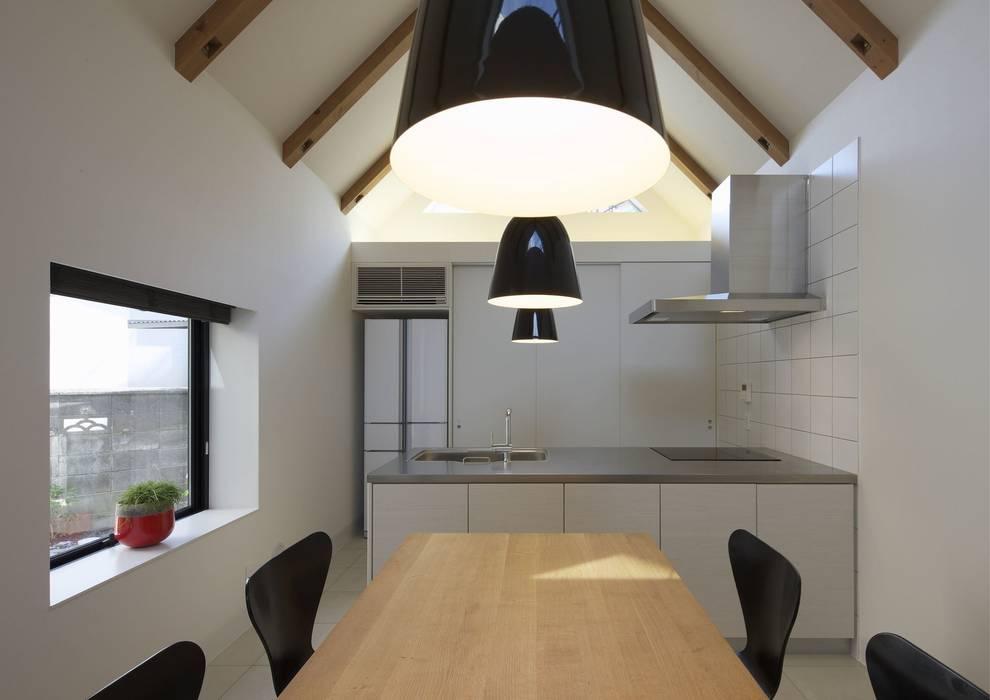寝屋川の家 Huse of Neyagawa: 林泰介建築研究所が手掛けたキッチンです。
