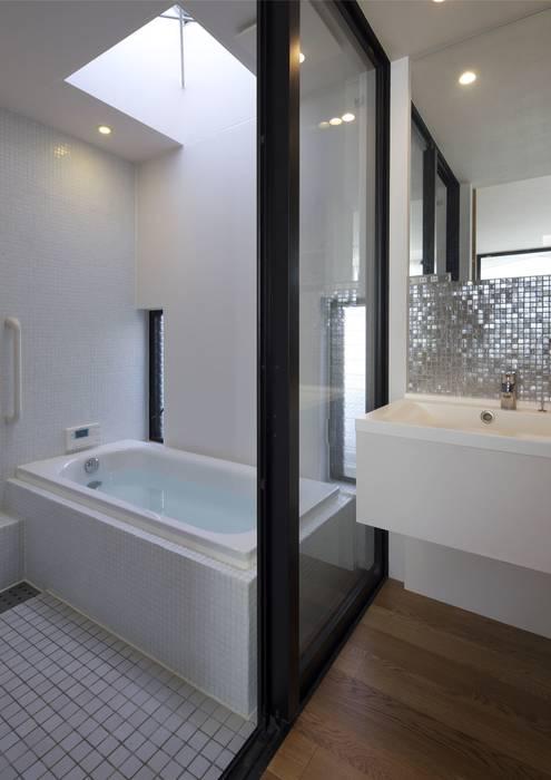 寝屋川の家 Huse of Neyagawa モダンスタイルの お風呂 の 林泰介建築研究所 モダン