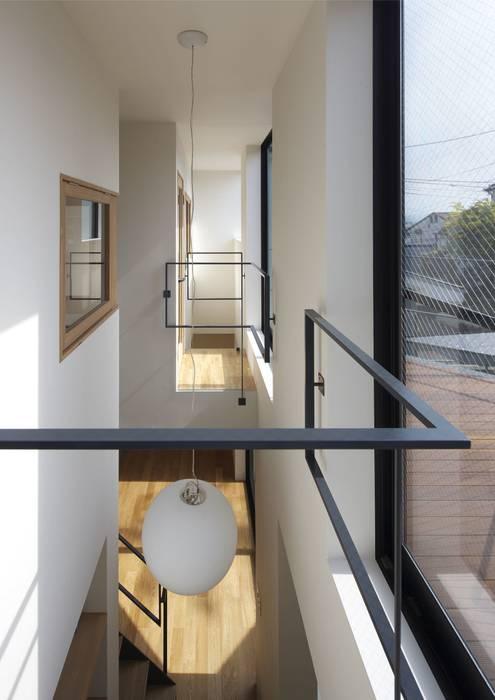 寝屋川の家 Huse of Neyagawa: 林泰介建築研究所が手掛けた廊下 & 玄関です。