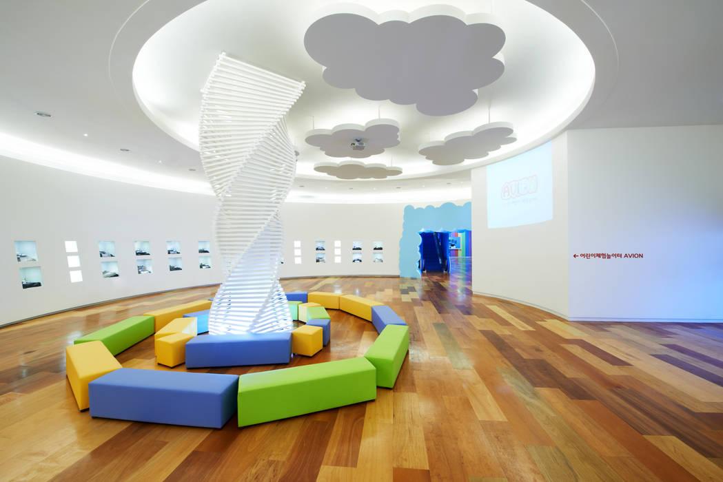 '구름위의 마을'이라는 상상의 공간: Design m4의  상업 공간,모던