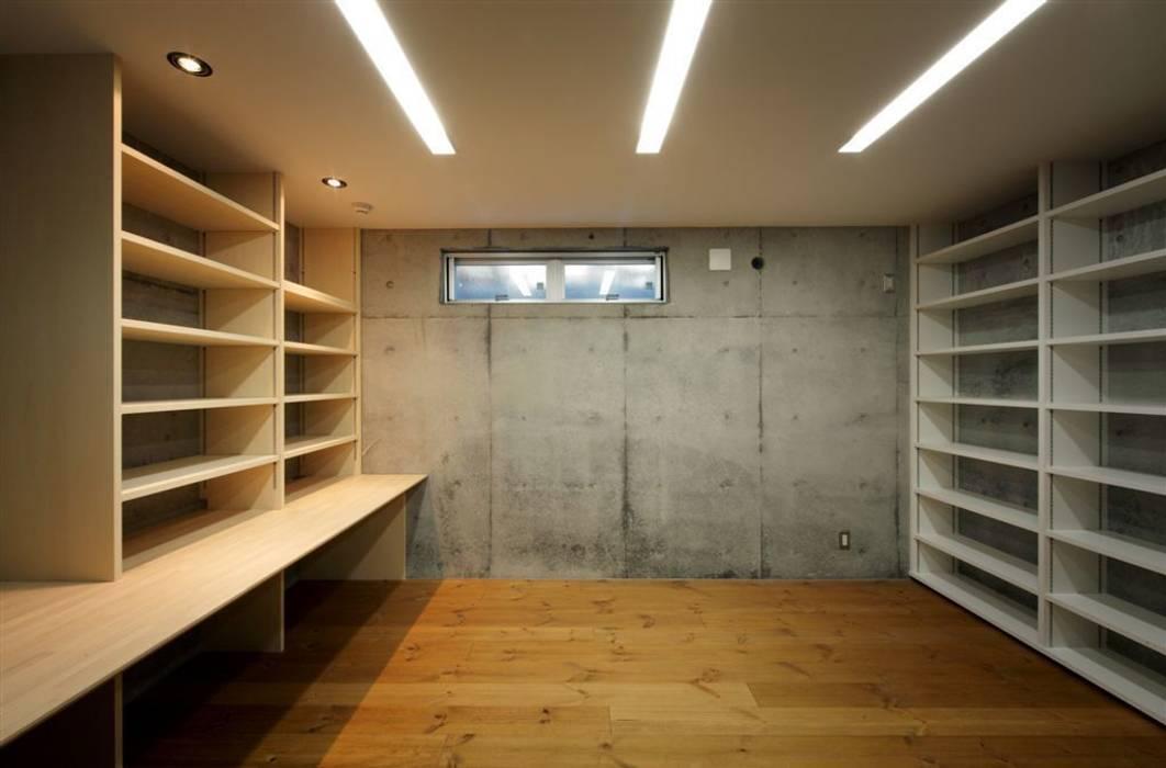 趣味の地下空間をもつコートハウス モダンデザインの 多目的室 の 充総合計画 一級建築士事務所 モダン