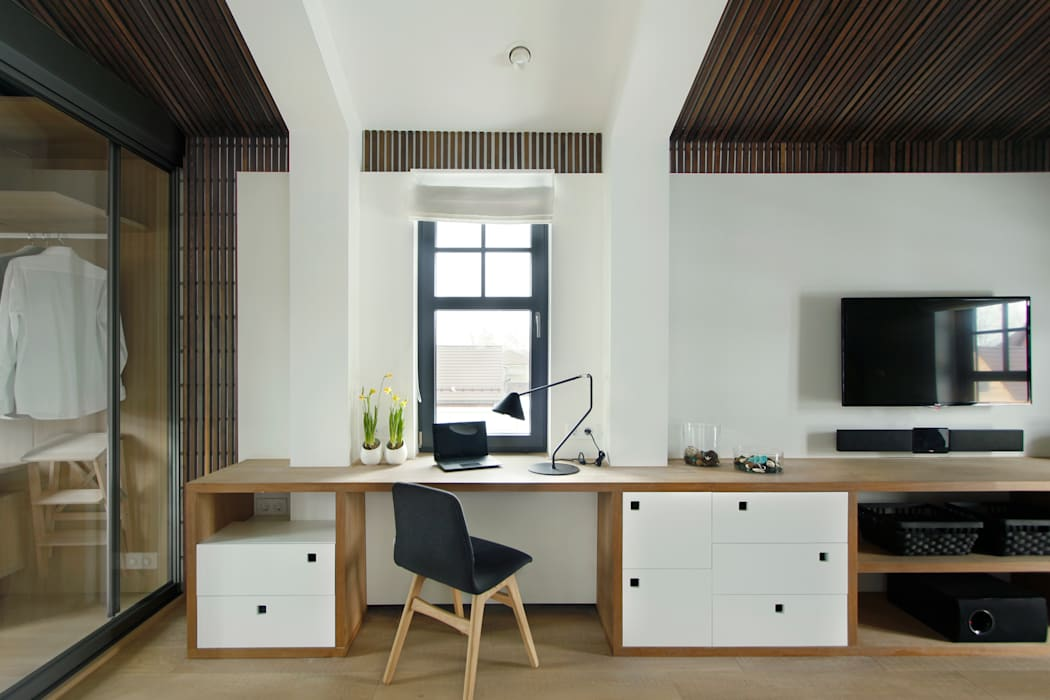 Спальня с прозрачной гардеробной: Рабочие кабинеты в . Автор – ZE|Workroom studio,
