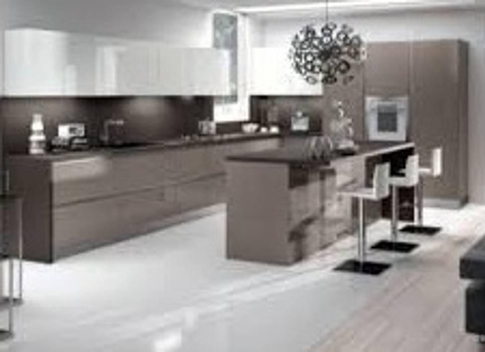 Cucina con isola snack: cucina in stile di studio design d\'interni ...
