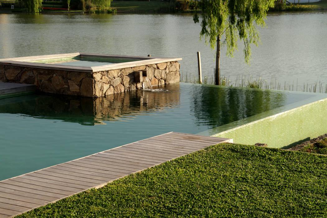 Agua , piedra y madera .: Piletas de estilo  por PARQUEARTE  Piscinas como iconos de diseño.