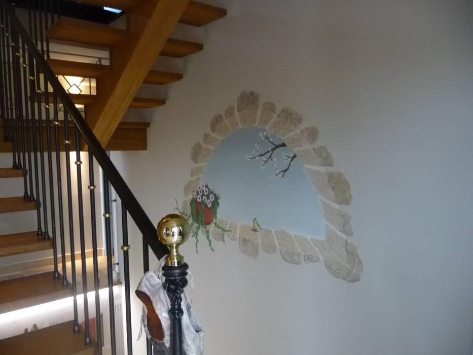 Fenêtre en trompe l'oeil: Couloir et hall d'entrée de style  par Passion Déco