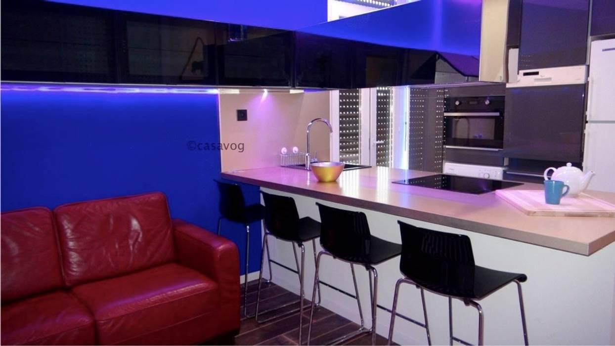 Rénovation d'un appartement de 65 m2 pour de la colocation: Couloir et hall d'entrée de style  par Casavog