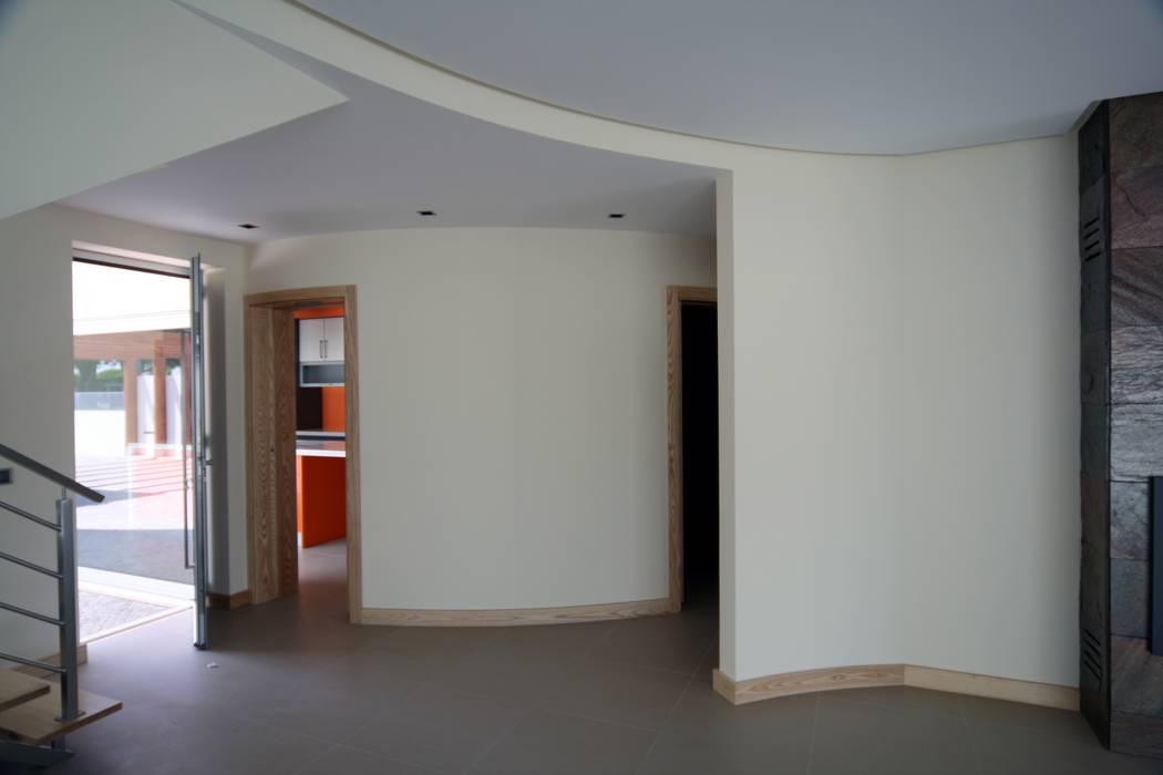 P309_2007 Quinta da Luz Quintas  Ílhavo   -     www.vitoria.com.pt: Salas de estar  por José Vitória Arquitectura
