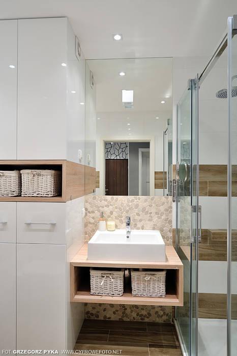 mieszkanie z Bolkiem i Lolkiem Skandynawska łazienka od Projekt Kolektyw Sp. z o.o. Skandynawski