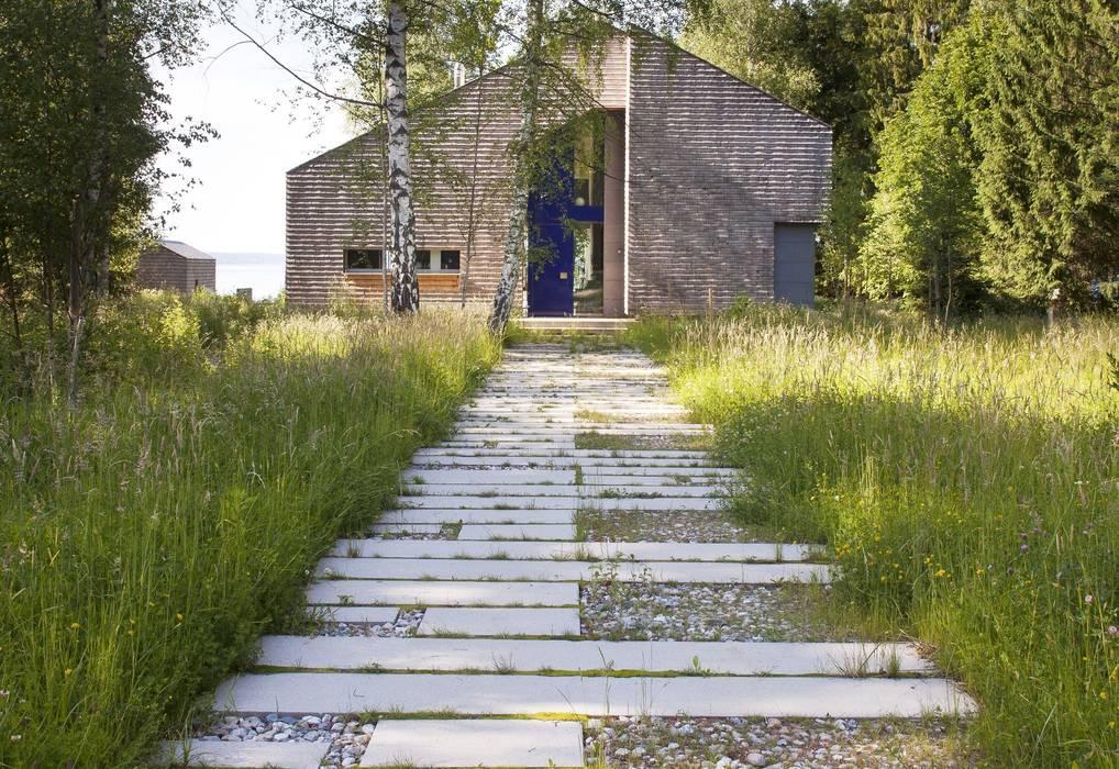 Ansicht Zugang Skandinavischer Garten von architekt stephan maria lang Skandinavisch