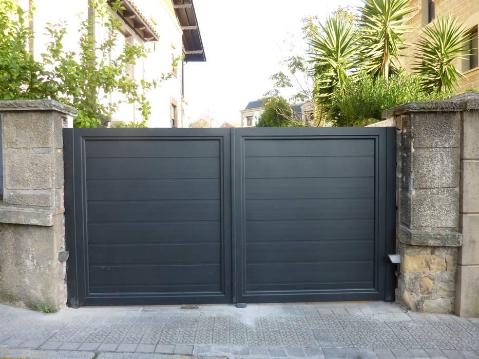 Puerta tipo abatible de 2 hojas automática de aluminio soldado Puertas Lorenzo, s.a Puertas y ventanas de estilo moderno