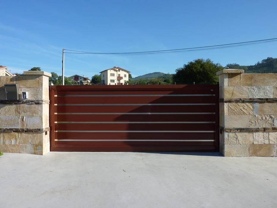 Puerta corredera base de una hoja automática de aluminio soldado : Ventanas de estilo  de Puertas Lorenzo, s.a, Moderno