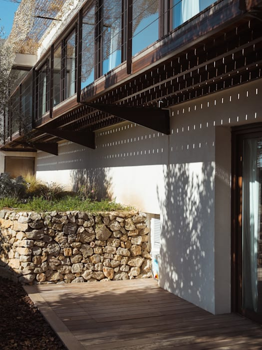 Reconstitution restanque d'olivier: Maisons de style de style Moderne par X-TREM CLEMENT BOIS ARCHITECTE