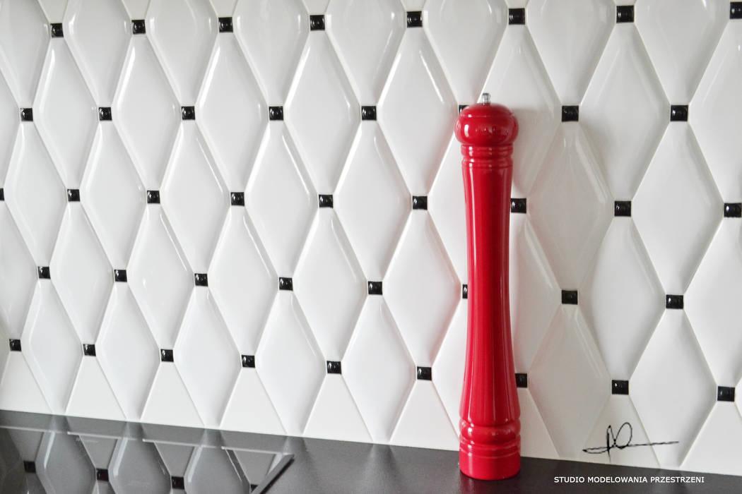 czerwony młynek i pikowana ściana: styl , w kategorii Kuchnia zaprojektowany przez Studio Modelowania Przestrzeni