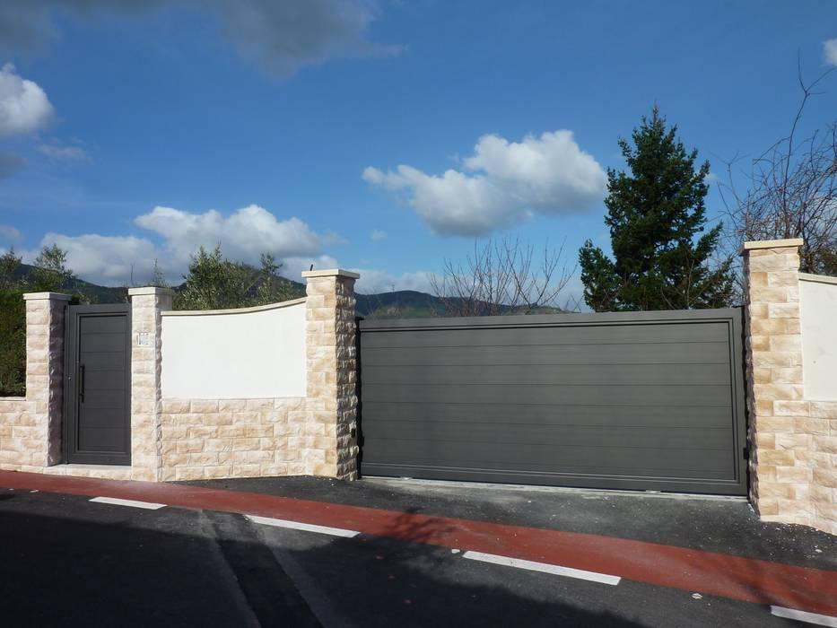 Puerta tipo corredera base de una hoja automática de aluminio soldado : Ventanas de estilo  de Puertas Lorenzo, s.a
