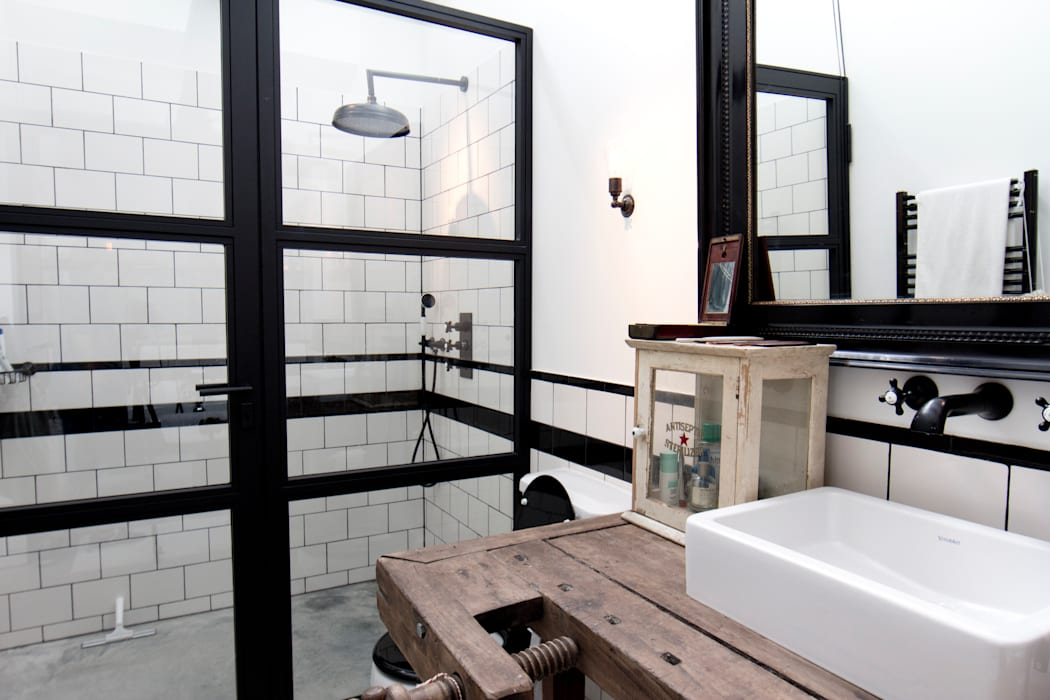 Garage Loft:  Badkamer door BRICKS Studio