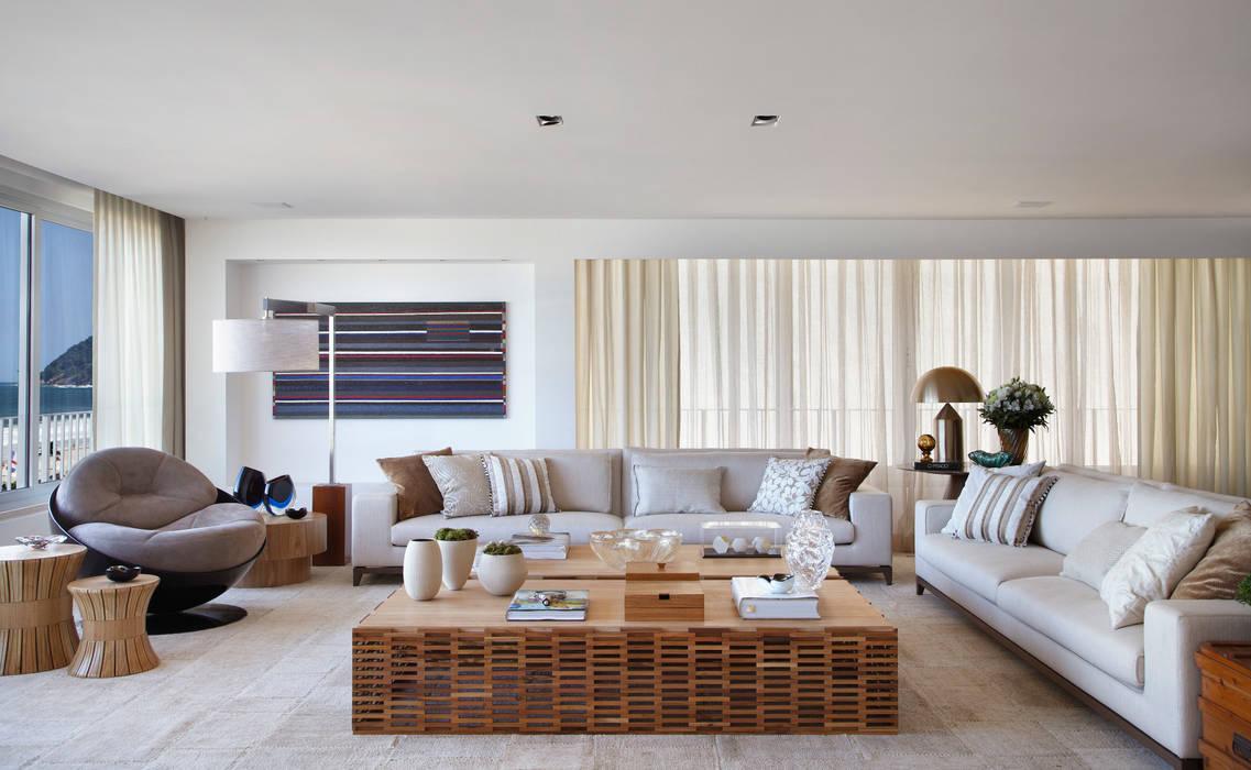 Residência Vieira Souto: Salas de estar  por Bezamat Arquitetura