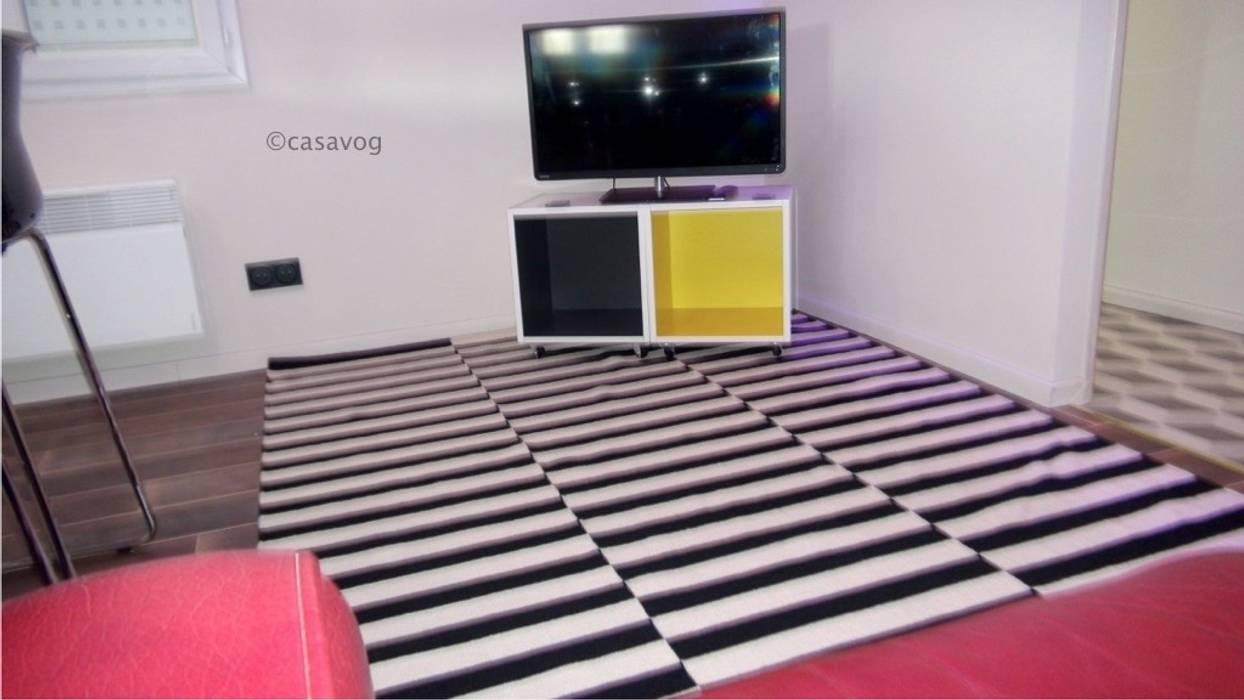 Salon et coin t.v.: Salle multimédia de style  par Casavog