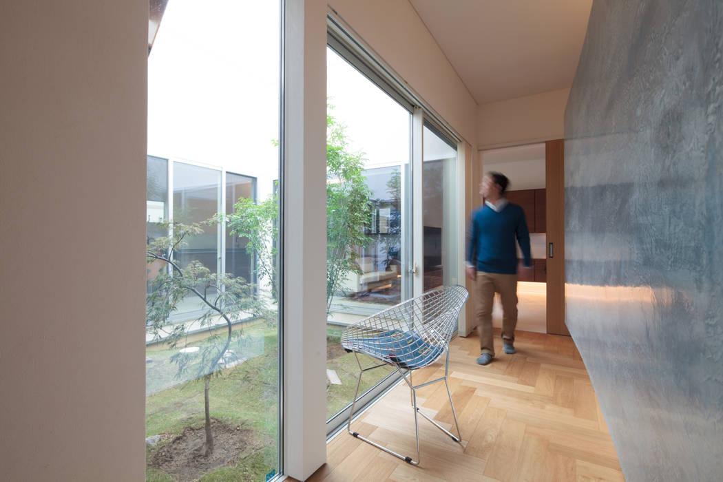 廊下: 内田建築デザイン事務所が手掛けた廊下 & 玄関です。