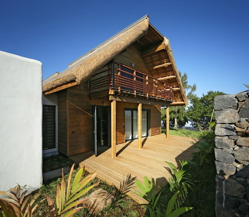 Tropical style houses by T&T architecture Tropical