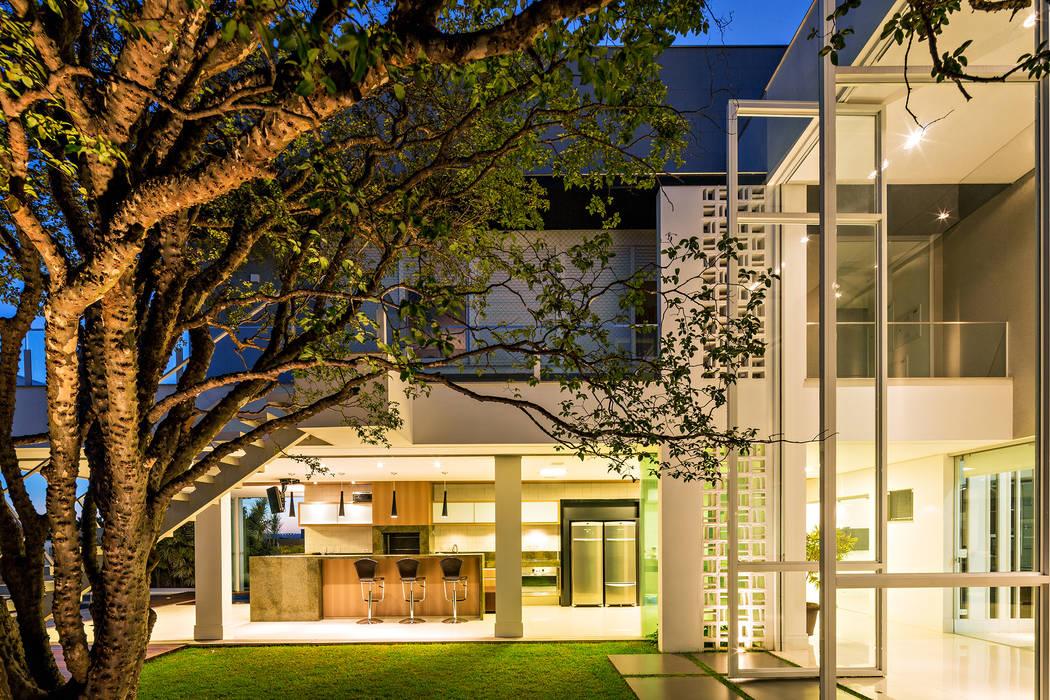 モダンな庭 の Raffo Arquitetura モダン