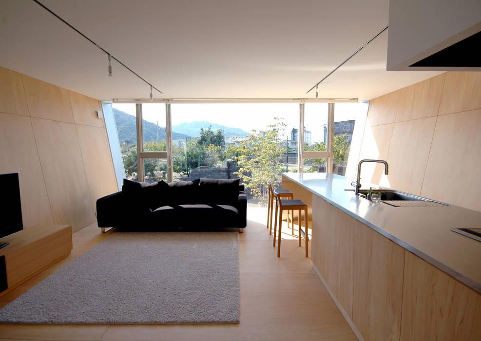 ボートハウスのダイニイング: 土居建築工房が手掛けたリビングです。