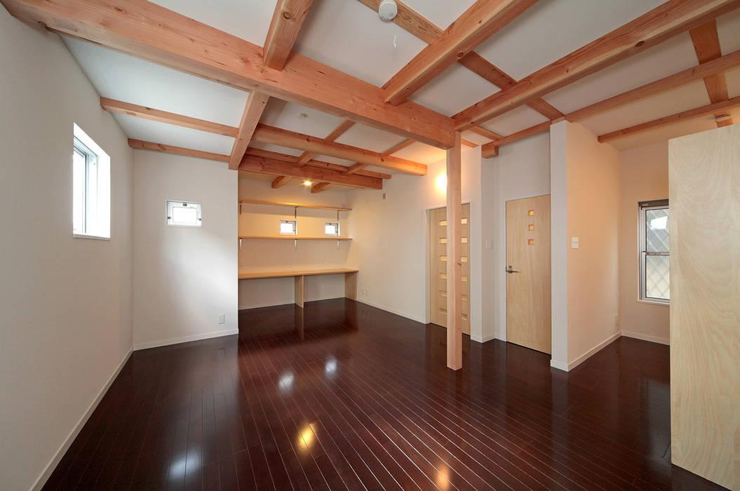 将来子供部屋に仕切れる多目的室。: 田崎設計室が手掛けた和室です。,モダン