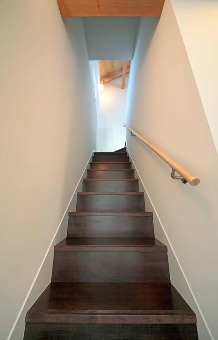 誘惑する階段: 田崎設計室が手掛けた廊下 & 玄関です。