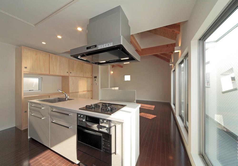 ワンルームに置かれたオブジェのようなキッチン モダンな キッチン の 田崎設計室 モダン