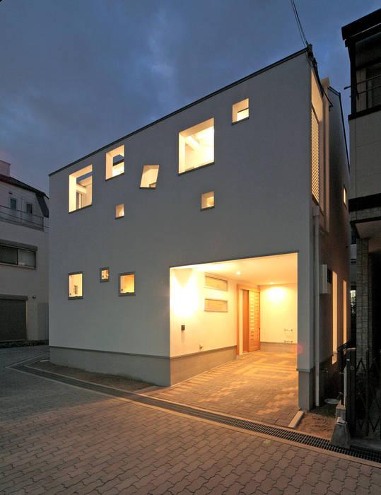ビルトインガレージの夜景 田崎設計室 モダンな 家