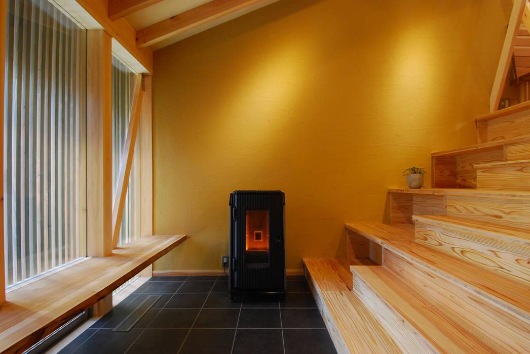 大階段&土間ギャラリー: 豊田空間デザイン室 一級建築士事務所が手掛けた廊下 & 玄関です。