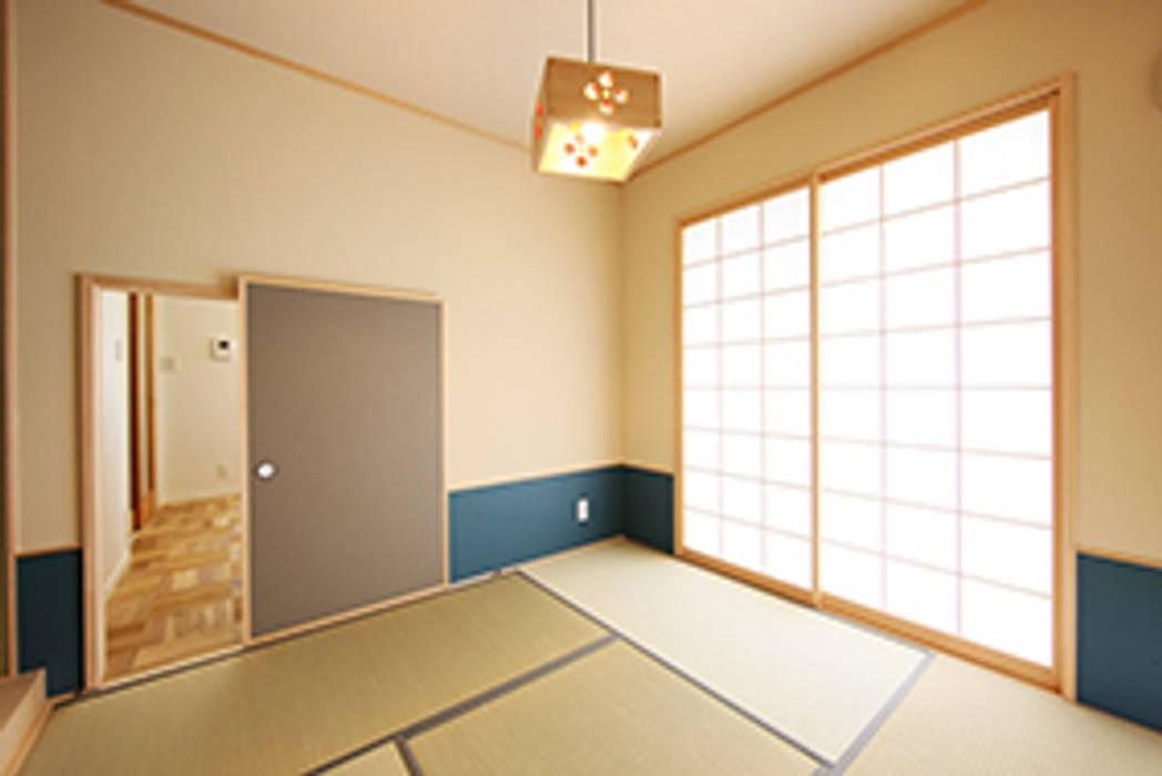 和室は、茶室をイメージ: パパママハウス株式会社が手掛けた寝室です。