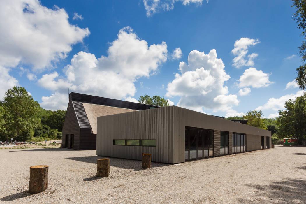 Achterzijde met facilitaire ruimten / kantoren Moderne exhibitieruimten van BBHD architecten Modern