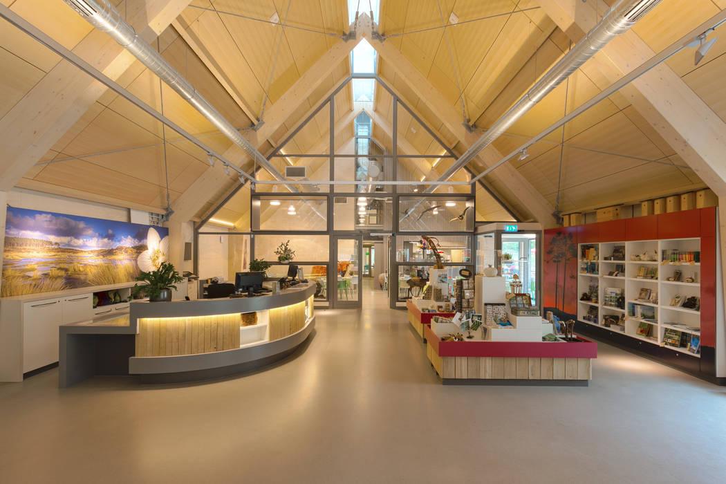 Tentoonstellingsruimte met receptiebalie:  Exhibitieruimten door BBHD architecten
