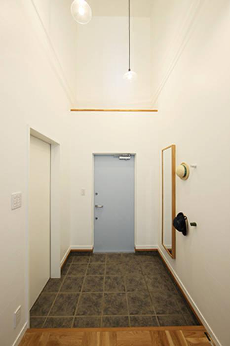 オリジナル玄関ドア: パパママハウス株式会社が手掛けた廊下 & 玄関です。