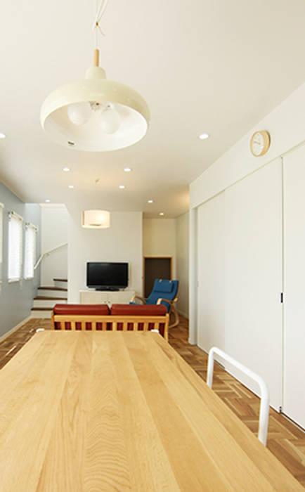 リビングルームは、温もりを。 モダンデザインの リビング の パパママハウス株式会社 モダン