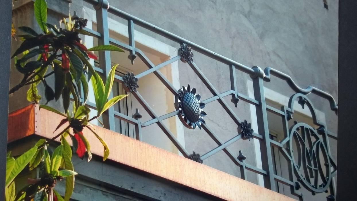 BALAUSTRE ESTERNE: Terrazza in stile  di L'ARTE DEI METALLI
