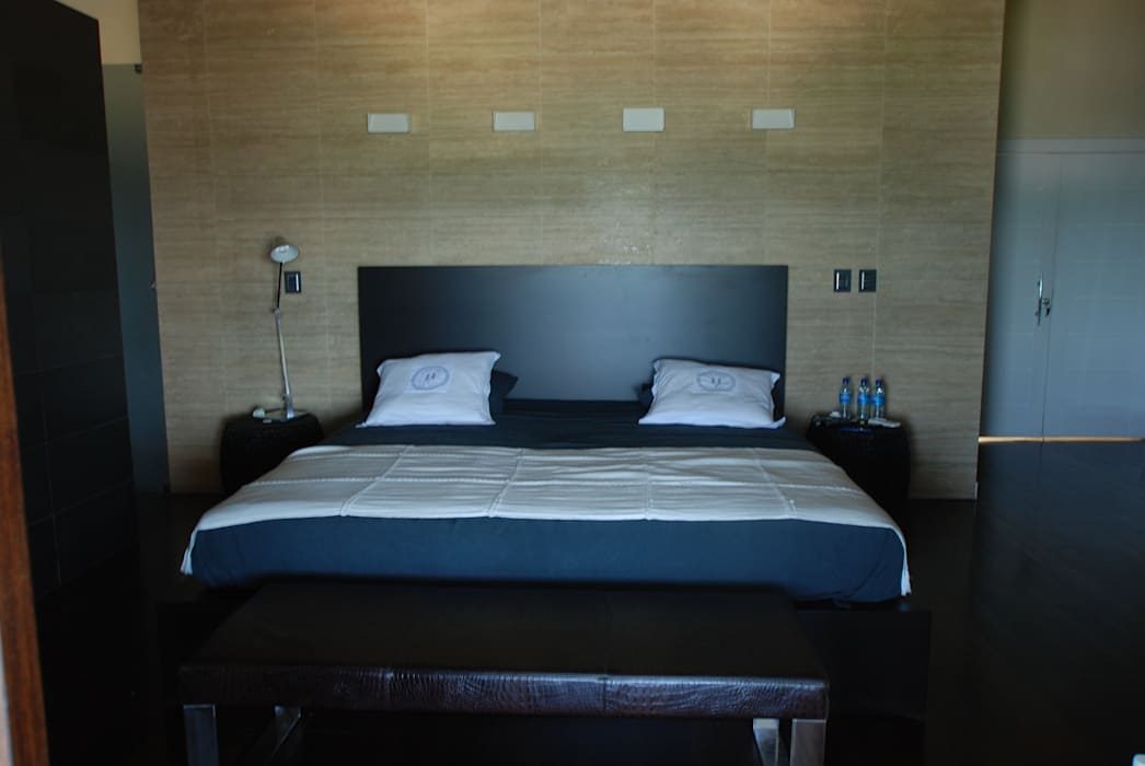 La camera : Camera da letto in stile in stile Moderno di Sintony SRL