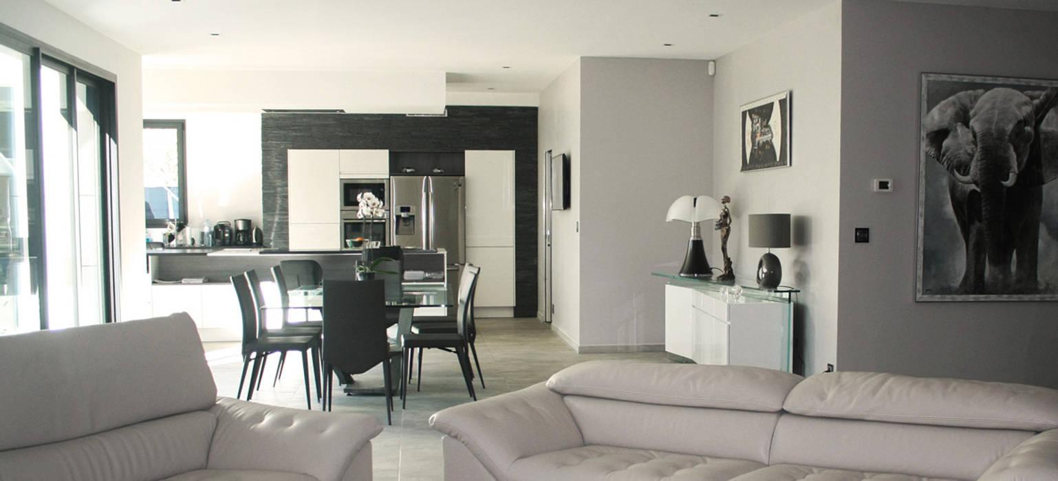Maison C² - Vue relation salon - cuisine: Salon de style de style Minimaliste par Interlude Architecture