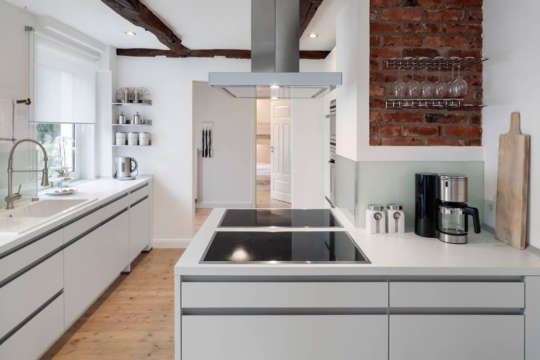 doppelt ausgestattete Küche zum Kochen mit großen Gruppen Moderne Hotels von Bleibe Modern