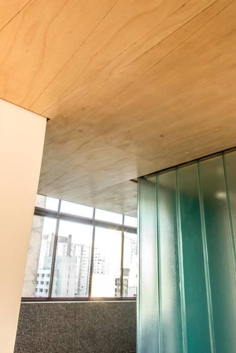 Destaque para o forro de compensado naval por Ruta arquitetura e urbanismo Moderno