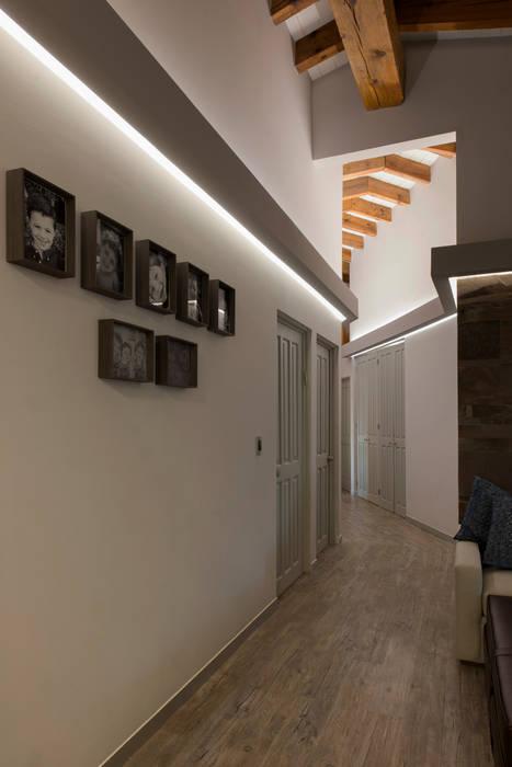 Casa Cuernavaca Pasillos, vestíbulos y escaleras eclécticos de kababie arquitectos Ecléctico