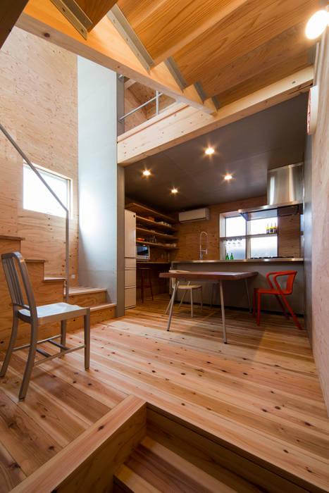 階段とダイニングキッチン モダンデザインの ダイニング の アトリエセッテン一級建築士事務所 モダン