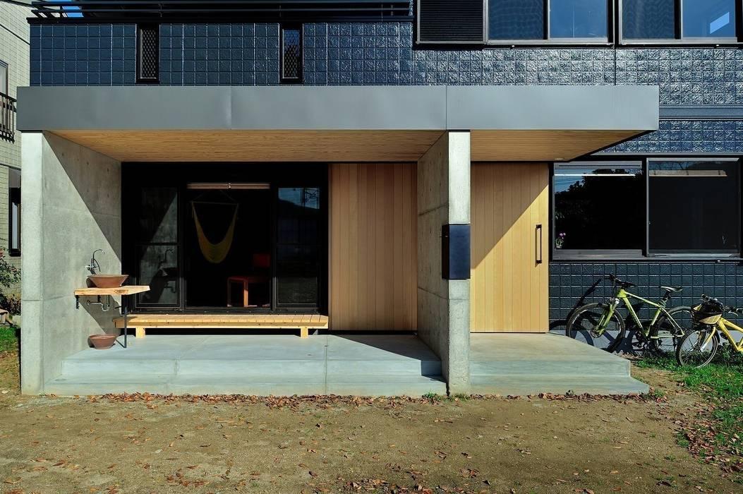 エントランスとテラス: アトリエセッテン一級建築士事務所が手掛けた家です。