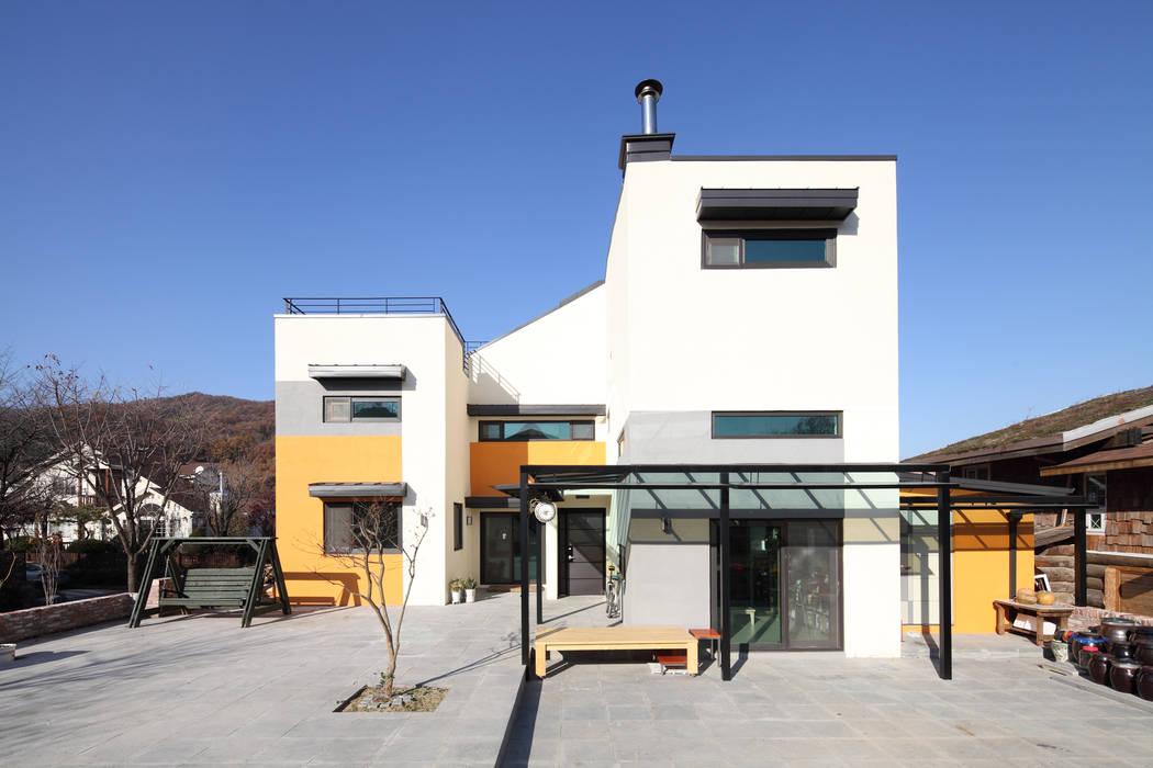 수직으로 쌓은 3층주택, 용인양지주택 모던스타일 주택 by 주택설계전문 디자인그룹 홈스타일토토 모던