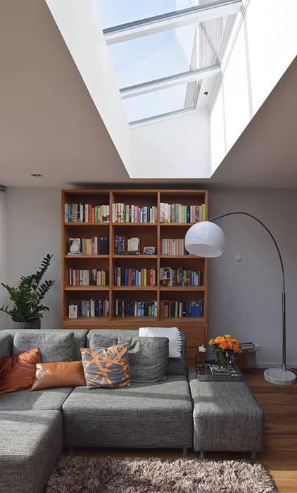 Uitbouw met daklicht Moderne woonkamers van Lumen Architectuur Modern