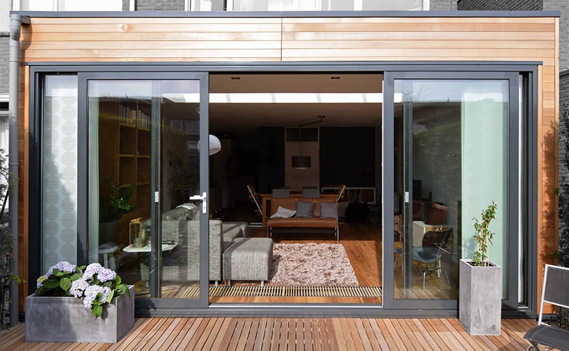 Uitbouw met daklicht:  Woonkamer door Lumen Architectuur, Modern
